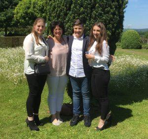 Andrea Joss mit ihren drei Kindern